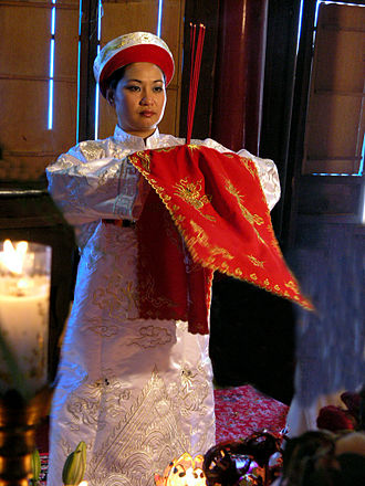 Religion in Vietnam - A Lên đồng practitioner performs in a pagoda.