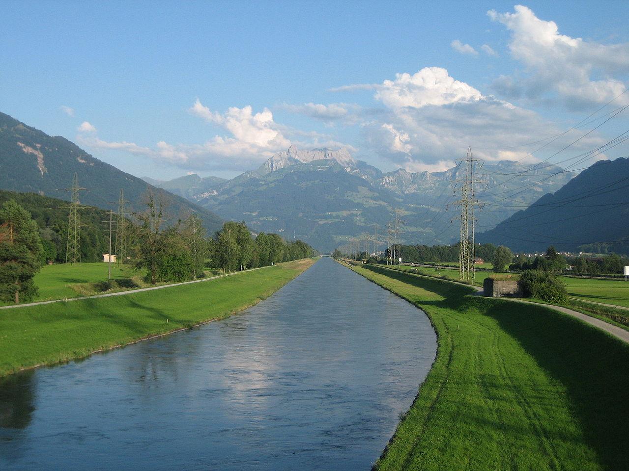 Der Linthkanal bei Reichenburg, Richtung Süden, im Hintergrund der Mürtschenstock.