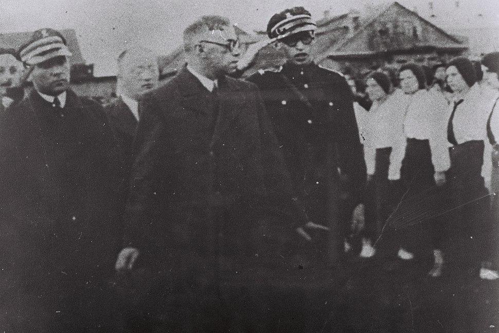 MENAHEM BEGIN (R) WITH VLADIMIR ZABOTINSKY (C) IN PINSK. מנחם בגין עם זאב ז'בוטינסקי בפינסק, פולין.D705-065