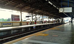MRT-3 Quezon Avenue Station Platform 5.jpg
