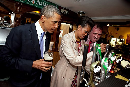 Michelle_Obama_pours_a_pint_of_stout.jpg/512px-Michelle_Obama_pours_a_pint_of_stout.jpg