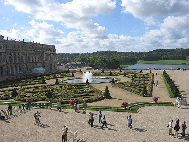 Здесь туристы осмотрят интерьеры классического...  5. Мальмезон.  Версальский парк, слева - южное крыло дворца.