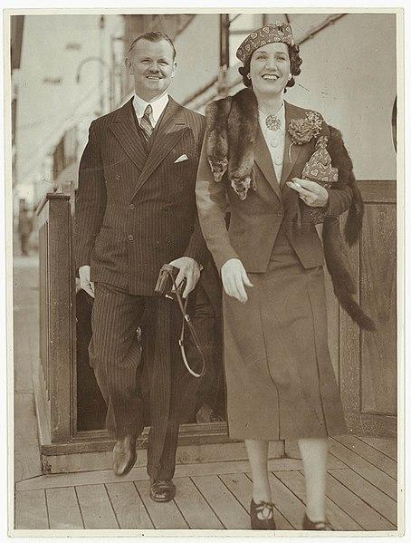 File:Mr and Mrs Lawrence Tibbett arrive in Sydney, 1938 - Sam Hood (3596735558).jpg