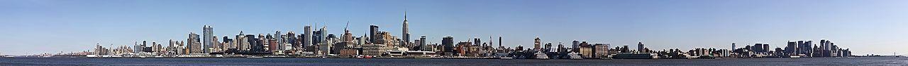 Panorámakép a New Jersey-i Hobokenből, a kép bal szélén a George Washington híddal, középen Manhattan belvárosával, és a Verrazano-Narrows híddal a kép jobb szélén