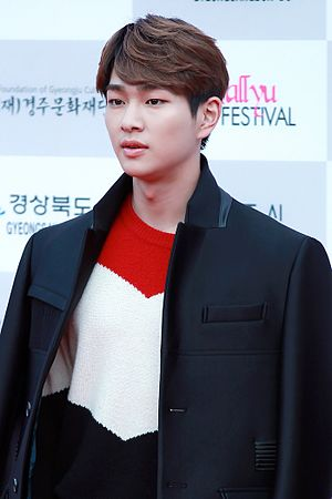 Onew - Image: Onew at the 2015 Hallyu Dream Festival 03