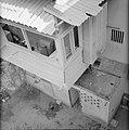 Overdekt balkon met uitgebouwde bergkast en waslijnen met op de begane grond een, Bestanddeelnr 255-4838.jpg