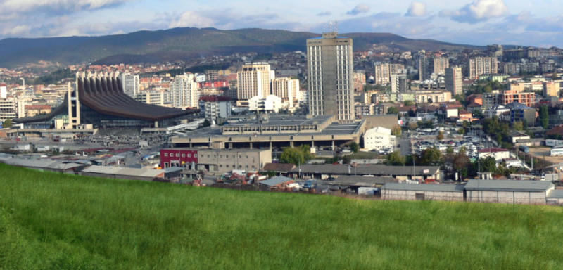 Ficheiro:Overview of the Pristina center from the hill.png