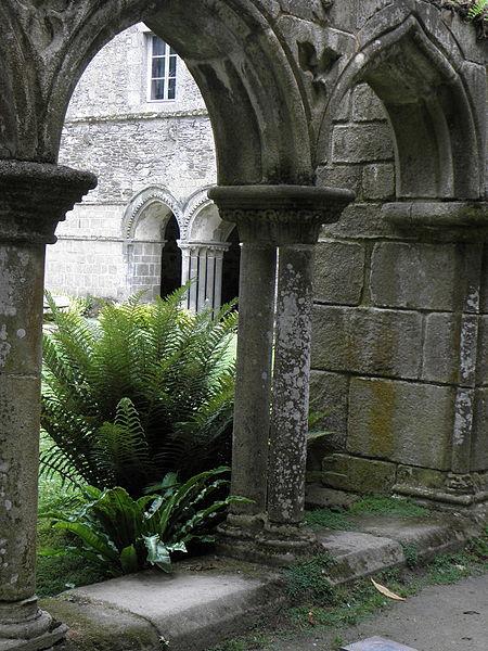 Entrée de la salle capitulaire de l'abbaye de Beauport en Paimpol (22) vue des arcades sud du cloître.