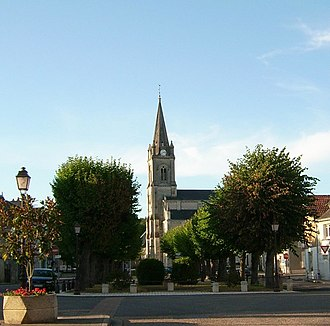 Yzeures-sur-Creuse - Main square and church