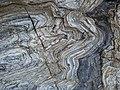 Plis alternés Tuf volcanique et de quartzite graphitique à Bordardoué.JPG