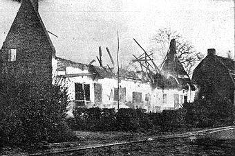 Pogorela hiša v Gorici, ki so jo vžgali italijanski šrapneli.jpg