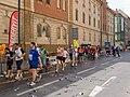 Pražský maraton, Vltavská, občerstvovací stanice, běžci.jpg