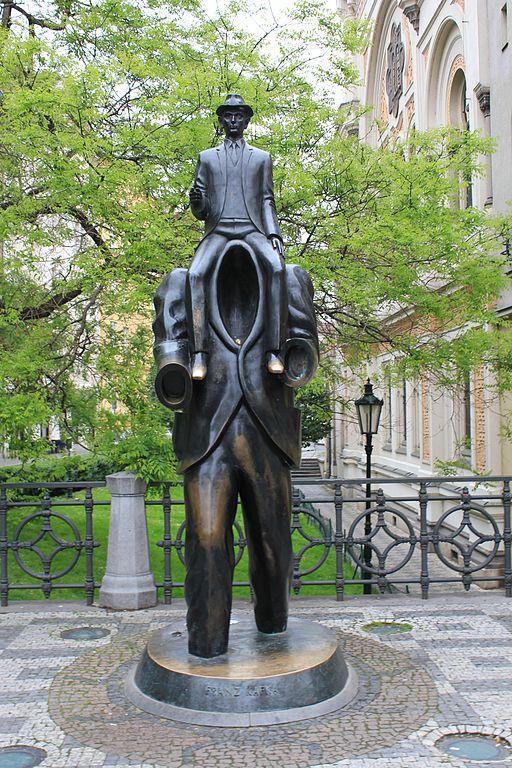 Statue de Kafka par Jaroslav Rona devant la Synagogue Espagnole de Prague - Photo de Øyvind Holmstad