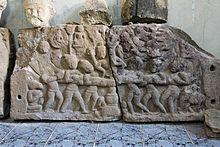 Le forze del bene e del male si contendono il Naga, cercando di trarlo dalla propria parte, rispetto al pilastro centrale che rappresenta il Karma - Bassorilievo, Prasat Ban Prasat (Ban That)