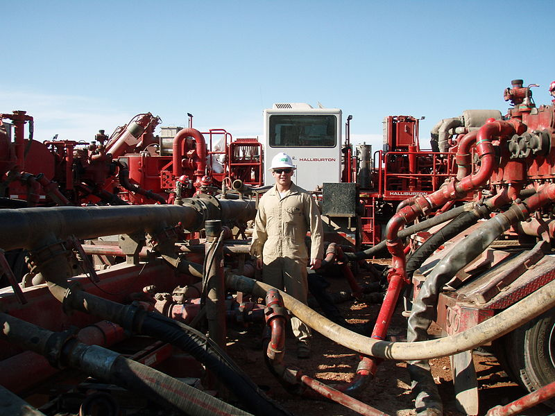 File:Process of mixing water with fracking fluids to be injected into the ground.JPG