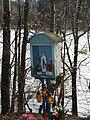 Przydrożna kapliczka nad jeziorem Wielkie Łąki w pobliżu Sianowa Leśnego (Panoramio 15849575).jpeg