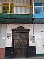 Puerta negra y balcones. Marinilla (Antioquia). Colombia.jpg
