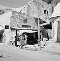Ramle. Straatbeeld met winkels en winkelend publiek, waaronder een rabbijn. Een , Bestanddeelnr 255-3870.jpg