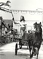 Ringsteken tijdens de feestweek, in de Hoofdstraat. Aangekocht in 1983 van fotograaf C. de Boer. - Negatiefnummer 22157 k 6 a. - Gepubliceerd in het Haarlems Dagblad van 04.08.1982, NL-HlmNHA 54013081.JPG