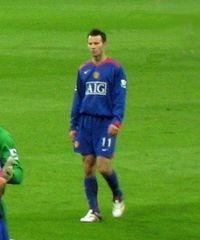 Ryan Giggs in campo con la maglia della sua squadra il Manchester United.