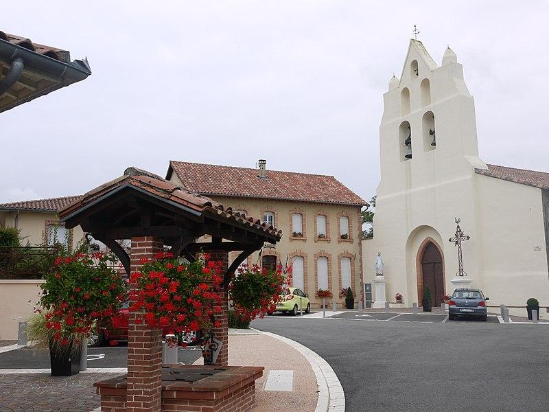 La place Elie Rançon de Sauveterre, avec l'église et la mairie.