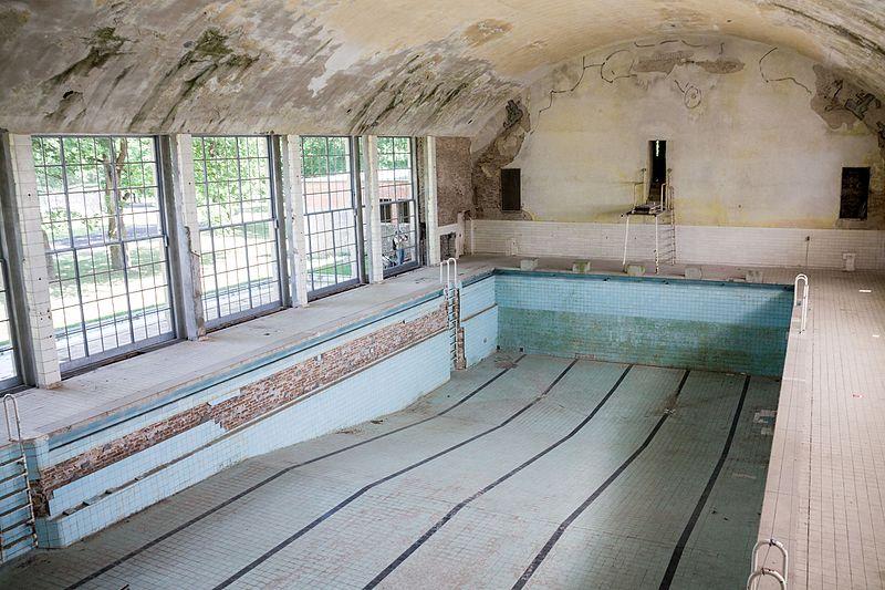 File:Schwimmhalle im ehemaligen Olympischen Dorf von 1936.jpg