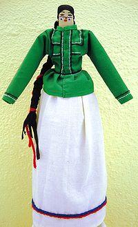 Muñeca seri moderna que muestra traje tradicional de mujer.