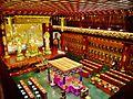 Singapore Buddha Tooth Relic Temple Innen Vordere Gebetshalle 02.jpg
