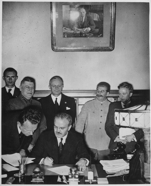 File:Soviet Foreign Minister Molotov signs the German-Soviet non-aggression pact, Joachim von Ribbentrop and Josef Stalin sta - NARA - 540196.tif