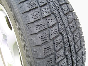 Snow tire - Image: Studless tire 2