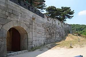 Sukjeongmun - Image: Sukjeongmun and Fortress Wall, Seoul, Korea