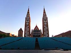 Reggeli fények a Szegedi Szabadtéri Játékok nézőtere mögött