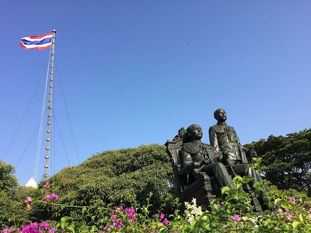 File:TWwithflag.JPG - Wikimedia Commons