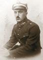 Tadeusz Szamota w mundurze podporucznika kawalerii.png