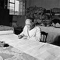 Thora-schrijver aan het werk achter een werktafel, Bestanddeelnr 255-2348.jpg