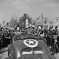 Twee autos van de colonne van koningin Wilhelmina tussen een grote menigte in e, Bestanddeelnr 900-4008.jpg