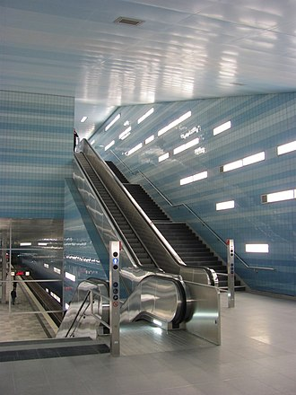 Überseequartier (Hamburg U-Bahn station) - Image: U Bahnhof Überseequartier Osteingang obere Treppe