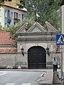 Ulica Mostowa w Łowiczu - brama klasztorna.jpg