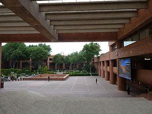 Universidad Iberoamericana Ciudad de México - Image: Universidad Iberoamericana, Sede Mexico Santa Fe, atrio central y al fondo edificio Gris