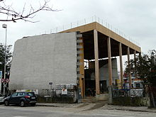 Photographie montrant l'église Saint-Thomas en construction en novembre 2011