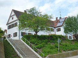 Pfarrhaus St. Jakobus, Villenbach, zweigeschossiger Satteldachbau, Giebel mit Profilbändern,1715