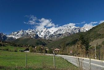 Vista de los Picos de Europa saliendo desde Potes..jpg