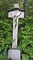 Wegkreuz an der Straße Am Kreuz am Waldrand oberhalb von Wahlwies.jpg