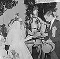 Wereld Dierendag 1964 , een rijtuigje met echt bruidspaar reed in de stoet, brui, Bestanddeelnr 916-9713.jpg