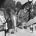 Wereld Dierendag 1964 , het voeren der dieren (buitenland), Bestanddeelnr 916-9723.jpg