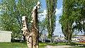 Wyrzeźbiona grupa Krasnoludków z bajki Marii Konopnickiej. - panoramio (3).jpg