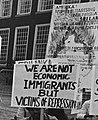 """AMERIKA ! STOP MILITARISING UNDEMOCRACTIZING SRI LANKA"" ""SRI LANKAN ARMY TORTURE AND MURDER TAMIL CIVILIANS"" frpm, -Tamils demonstreren op Binnenhof tegen de nieuwe noord-bed-bad regeling, Bestanddeelnr 933-3010 (cropped).jpg"