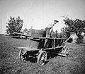 """""""Bendimač"""" tlači grozdje v vrni na vozu, Slap 1958 (cropped).jpg"""