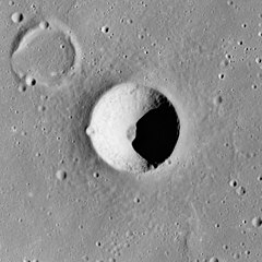 Ångström crater AS15-M-2743.jpg