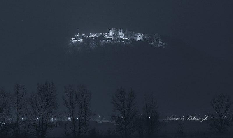 Вид на Хустський замок з р.Тиса (автор фото Олександр Рокосовик, вільна ліцензія cc by-sa 4.0)